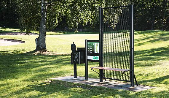 Golfbänkar och informationstavlor